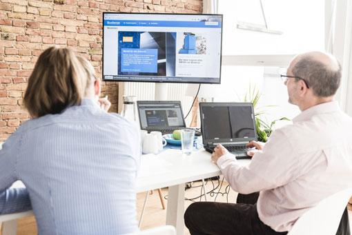 2 Kunden schauen beim Labor-Usability-Test zu