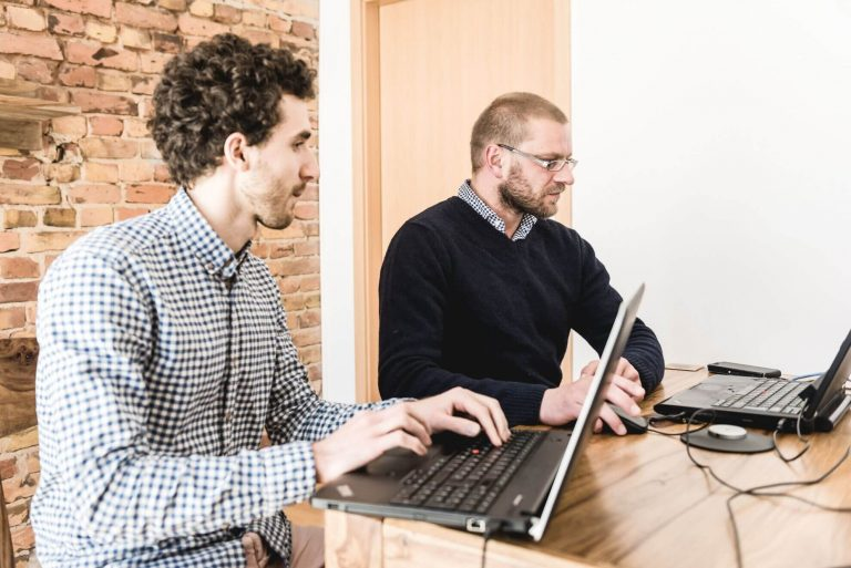 zwei lachende Kunden schauen beim Labor-Usability-Test zu