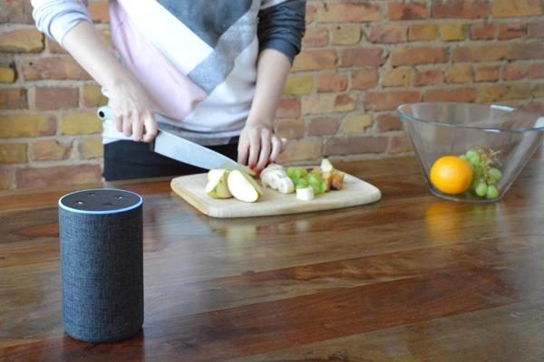 Typische Nutzungssituation eines Voice User Interfaces: Beim Kochen, um die Hände frei zu haben